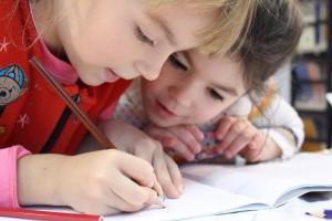 Cum să îmbunătățești atenția copilului școlar